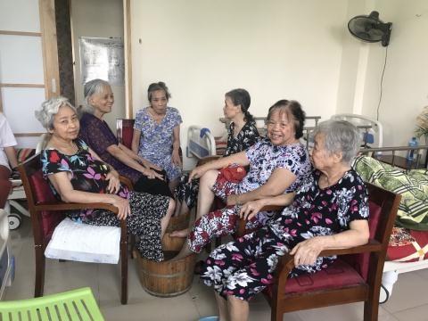 Khi không có điều kiện gần gũi, chăm sóc, các con đưa bố mẹ già vào các trung tâm chăm sóc người cao tuổi, nên hay không? (12/9/2019)