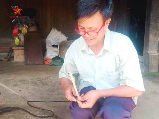 Độc đáo cây bút vẽ sáp ong của nghệ nhân người Mông (20/1/2020)