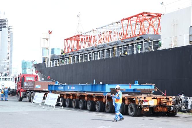 3 toa tàu đầu tiên của tuyến Metro số 1 TPHCM cập cảng Khánh Hội (8/10/2020)