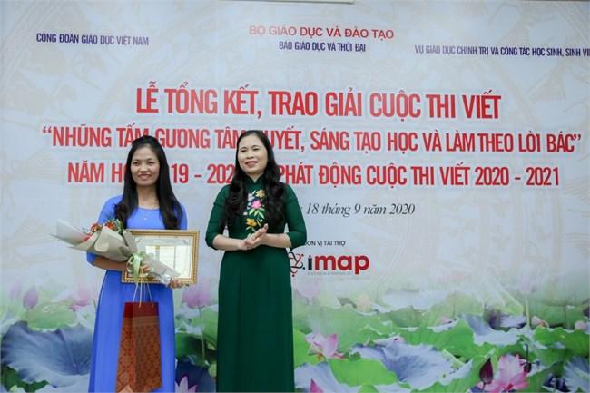 """Cô giáo Nguyễn Thị Lệ với tác phẩm """"Bông hoa đẹp giữa đời thường"""" (20/10/2020)"""