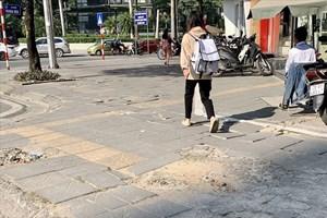 Đá lát vỉa hè Hà Nội được quảng cáo có độ bền 70 năm, nhưng chỉ sau 2 năm sử dụng đã vỡ nát- trách nhiệm thuộc về ai? (24/11/2020)