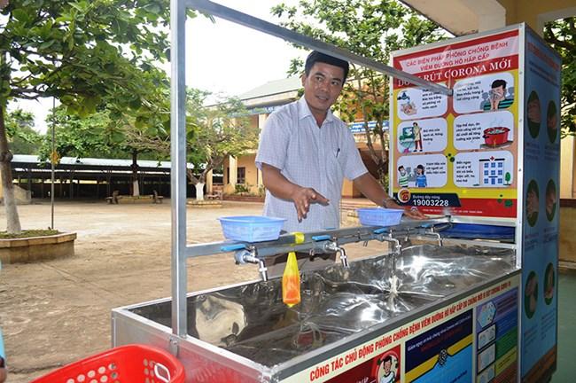 """Người thày chế tạo """"Xe rửa tay di động"""" cho học sinh ở Quảng Trị (14/4/2020)"""