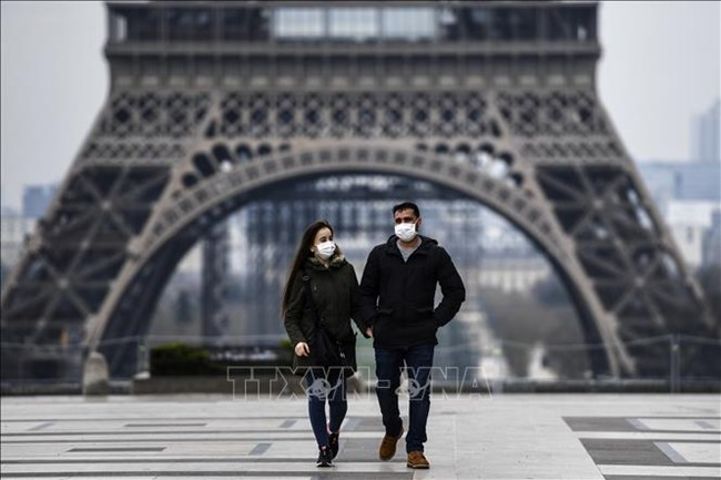 Tháp Eiffel đón khách trở lại sau 3 tháng đóng cửa do COVID-19 (29/6/2020)