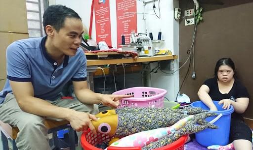 Nghề may những sản phẩm thủ công tinh xảo, tạo việc làm cho người khuyết tật (9/7/2020)