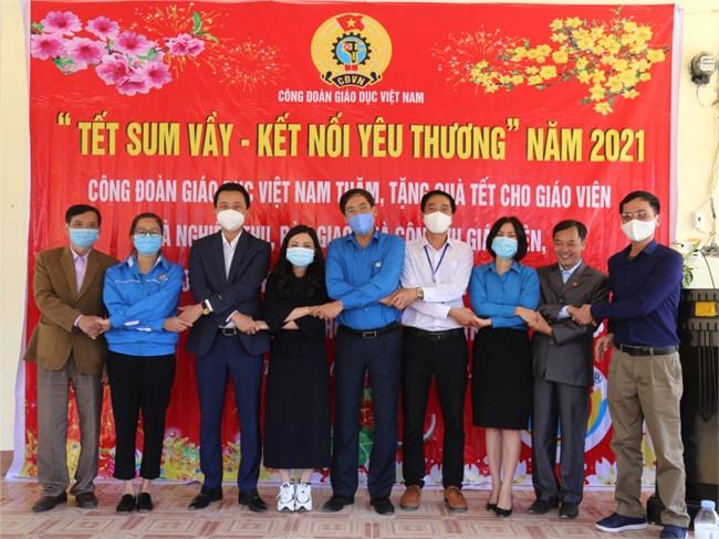 Chăm lo hỗ trợ giáo viên trong dịp Tết Nguyên đán Tân Sửu 2021 (05/02/2021)