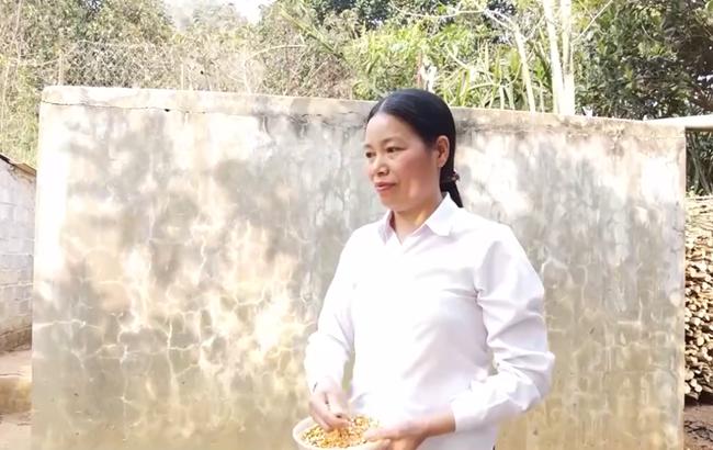 Người phụ nữ truyền lửa cho hội viên phụ nữ tại bản tái định cư Chiềng Yên (08/03/2021)