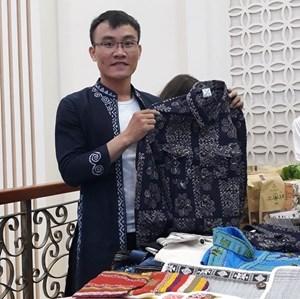 """""""Ông chủ"""" nhãn hiệu thời trang thổ cẩm Hmong Tagkis (11/03/2021)"""