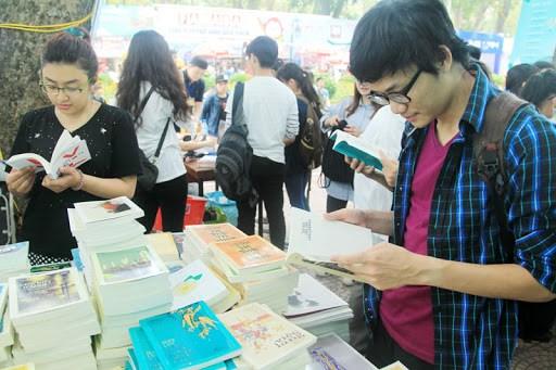 Văn hóa đọc sách gặp nhiều thử thách trong kỷ nguyên số và Internet (17/04/2021)