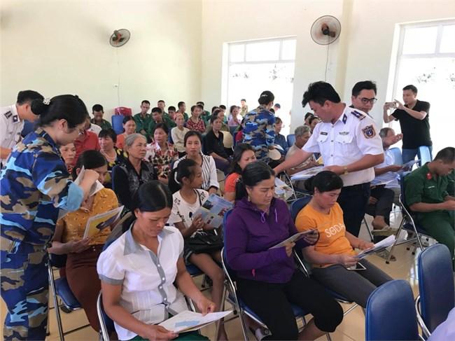 Cảnh sát biển Việt Nam phối hợp cùng chính quyền các huyện đảo tuyên truyền pháp luật biển đến ngư dân (13+14/05/2021)