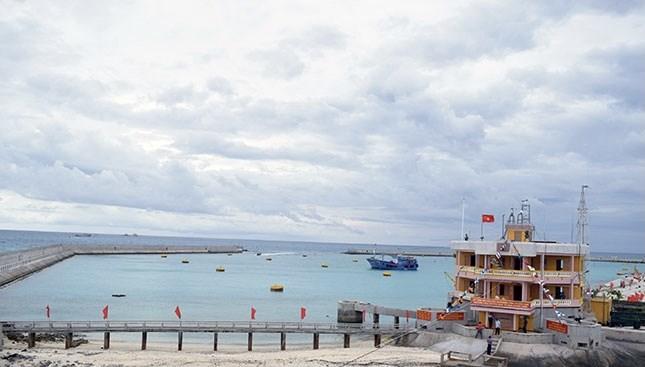 Âu tàu đảo Đá Tây (Trường Sa) hỗ trợ ngư dân vươn khơi (01/06/2021)
