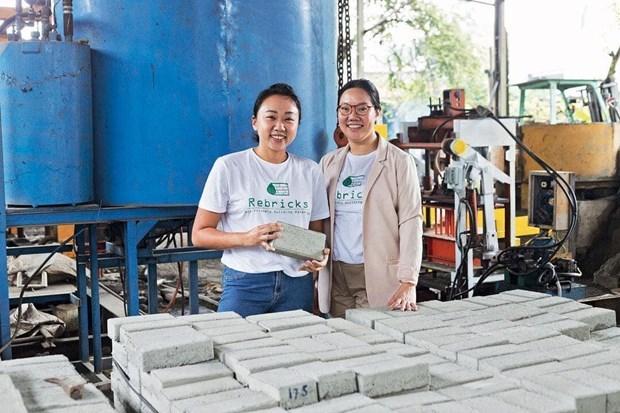 Đôi bạn Indonesia biến rác thải nhựa thành vật liệu xây dựng (14/6/2021)