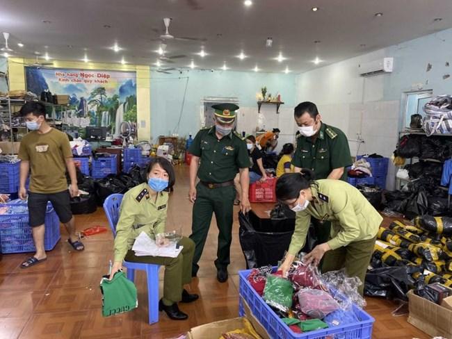 QLTT Quảng Ninh: phát hiện kho chứa nhiều quần áo, thực phẩm, mỹ phẩm nhập lậu (03/06/2021)