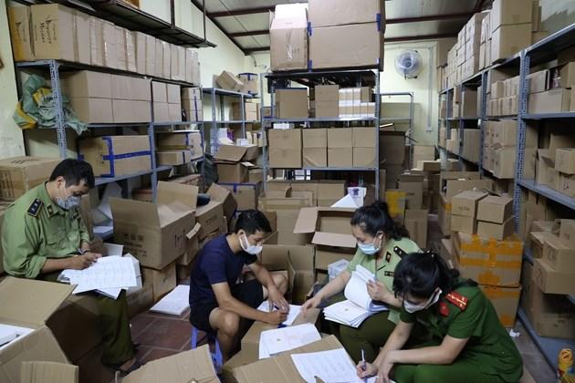 Hà Nội: Bắt kho chứa gần 12.000 sản phẩm nước hoa, mỹ phẩm không rõ xuất xứ (2/7/2021)