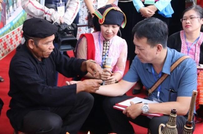 Người Thái Tây Bắc gửi gắm ước mong sức khỏe, bình an qua tục buộc chỉ cổ tay (13/7/2021)