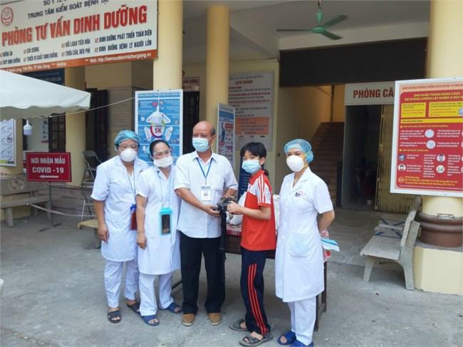 Học sinh lớp 6 làm quạt mini chống nóng cho y bác sĩ vùng tâm dịch (23/07/2021)