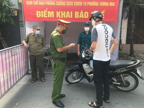 Hà Nội: Nhiều người dân ra đường chưa có giấy tờ theo mẫu chung của thành phố (2/8/2021)