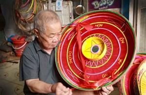 """Nghệ nhân Phạm Trần Canh: Người """"hồi sinh"""" nón cổ làng Chuông (16/9/2021)"""