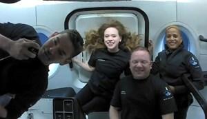 Phi hành đoàn Inspiration4 dân sự của SpaceX trò chuyện với bệnh nhi từ không gian (19/9/2021)