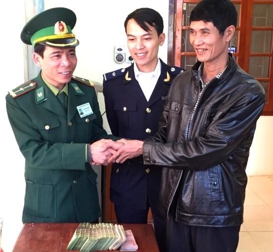 Trò chuyện với thiếu tá Hoàng Văn Bắc, cán bộ Trạm kiểm soát Bộ đội biên phòng cửa khẩu quốc tế Na Mèo, huyện Quan Sơn, tỉnh Thanh Hóa. (01/4/2016)